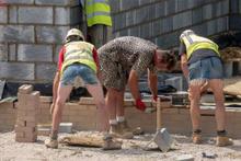 İnşaat işçilerine şort yasaklandı artık mini etekle çalışıyorlar