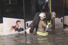 Yağmur nedeniyle minibüste mahsur kalan yolcuları itfaiye kurtardı