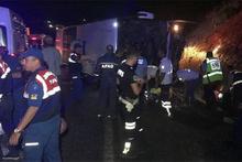 Yolcu otobüsü devrildi: Ölüler ve yaralılar var!
