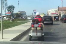 Yürekleri ağza getiren görüntü! Motosiklet kasasında tehlikeli yolculuk