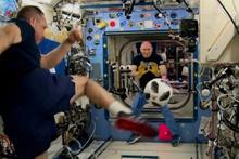 Rus kozmonotlar Dünya Kupası öncesi uzayda futbol oynadı