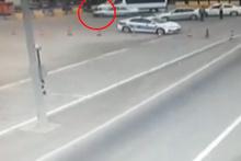 Cezaya sinirlendi, aracını polisin üzerine böyle sürdü!