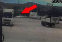 İki otomobilin kafa kafaya çarpıştığı anlar kamerada