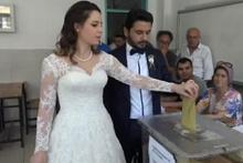 Gelinliğiyle oy kullandı 'Aşk ittifakı'yla salondan ayrıldı