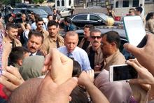 Cumhurbaşkanı Erdoğan aracından inerek vatandaşları selamladı!