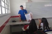 Öğretmen kutuyu açınca gözyaşlarını tutamadı