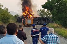 TIR devrilerek yandı: Müdahaleye itfaiye kaza yaptı!