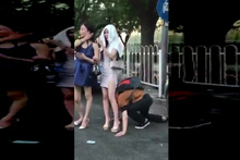 Genç kızın bileğini öptü sonra bakın ne yaptı!