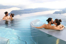 Ünlü çiftten sıcak havuzda romantizm!