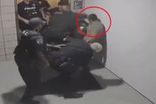 Polis silahsız genci bayıltana kadar dövdü!