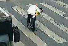Polis yaşlı adamı sırtına alıp karşıya geçirdi