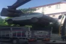 Görenler hayrete düştü! Otomobili kamyonetin içerisine böyle yükledi