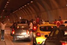Asker uğurlamasındaki gençler tüneli trafiğe kapattı