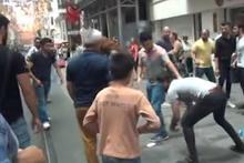 İstiklal'de turistler birbirine girdi! Yumruklar havada uçuştu