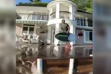 Evinin bahçesinden sörf tahtasıyla denize atladı