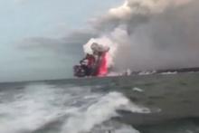 Korku dolu anlar! Yanardağdan çıkan lavlar tur teknesine sıçradı