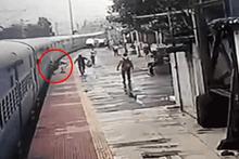 Trenin kapısında asılı kalan adamı polis böyle kurtardı!