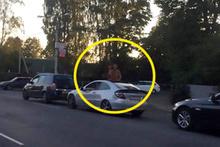 Trafikte skandal! Arabanın üzerine çıkıp sevişmeye başladılar