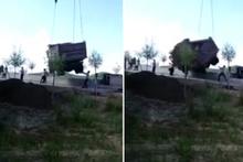 İşçinin üzerine kamyon düştü! Facia anı kamerada