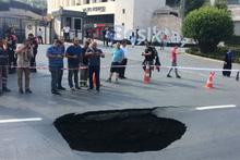 Dolmabahçe'de yol çöktü! Beşiktaş stadının hemen önü...