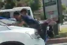 Korku dolu anlar! Gelin arabasının kaputuna böyle asıldılar