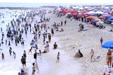 Sahilde kan donduran olay! Plaj şemsiyesi göğüsüne saplandı!