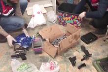 Çocuk giyim mağazasında silah satışı