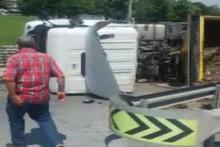 TEM otoyolu Esenyurt girişinde hafriyat kamyonu devrildi