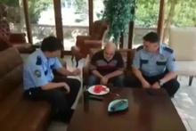 Down sendromlu adama polisten şefkat eli