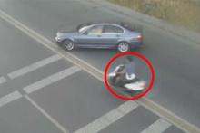 Feci kaza! Otomobile çarpan motosikletli yola savruldu