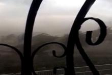 Korku dolu anlar! Fırtına ve hortum evlerin çatısını uçurdu