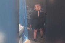 Tuvalete girmek isteyen adam şaşkına döndü… onlarca insan içeride…