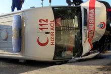 Bakırköy'de ambulans kaza yaptı: 3 sağlık görevlisi yaralı