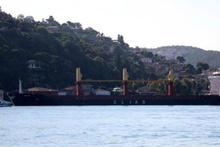 Boğaz'da tehlike... Yalılara doğru sürüklenen gemi son anda durdu