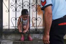 Kafası korkuluklara sıkışan çocuğu itfaiye kurtardı!
