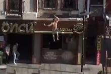 Onu gören çığlık atmaya başladı: Beton zemine çakıldı!