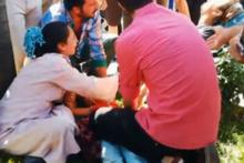 Annesinin elinden fırlayan minik kıza araba çarptı