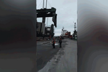 Limandaki çalışma sırasında vincin halatı böyle koptu