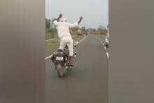 Yaşlı motorcudan akılalmaz hareketler… Ölümle dans etti