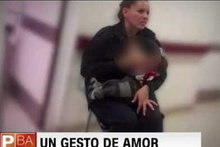 Polis, aç kalan bebeği işte böyle emzirdi...
