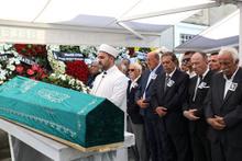 Güngör Uras son yolculuğuna uğurlandı cenazedeki çelenge dikkat!