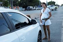 Ekonomik kriz bu hale getirdi! 19 yaşında hamile ve trafikte cam siliyor