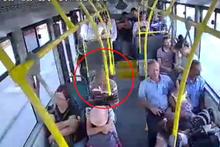 Kalp krizi geçiren yolcunun güvenlik kamerası görüntüsü