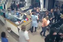 Bıçaklı saldırgan hastanenin bekleme salonunu birbirine kattı!