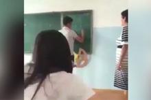 Öğrencisinin suratına tahta silgi fırlattı!