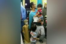 Çocuğu yerine cansız mankenin elini tuttu