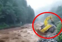 Rize'de sel sularına kapılan iş makinesi böyle devrildi!