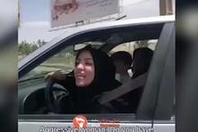 İranlı kadın, başörtü takmayı reddeden hemcinsine saldırdı!