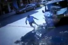 Kontrolden çıkan minibüs yolda yürüyen yaşlı adamı ezdi