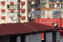 Çatıda 'ölümüne' çalışan işçiler kamerada